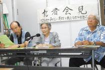 竹富町の八重山採択地区離脱を「良識の勝利」と評価する仲村代表(中央)ら=29日午後、官公労共済会館