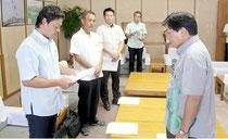 要請文を読み上げる請盛支部長(左)=15日、県庁応接室