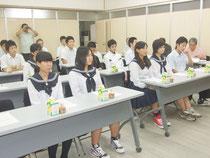 教育長ら関係者が町出身の高校1年生たちを激励=25日夕、町役場
