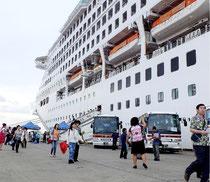 2169人の乗客らが観光を楽しんだ=石垣港