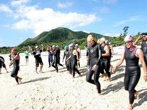 早期復活を願い、島外17人含む30人がトライスロン試走会に参加した=明石海岸