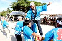 旧正月で綱引きを行う東筋集落の島民ら=1月31日午後、黒島伝統芸能館前