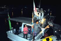 尖閣海域へ出港する漁船=22日午後10時過ぎ、石垣漁港