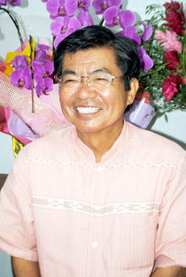 当選から一夜明け、支持者と談笑する高嶺氏