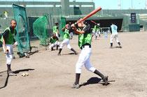 小林投手らスタッフの指導を受け、バッティングを学ぶ中学3年生=石垣市中央運動公園野球場