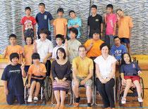 生徒たちと交流員の3人。メアリーさん(前列左から3番目)、ロブさん(前列左から4番目)、エイミーさん(前列左から5番目)=4日、八重山特別支援学校