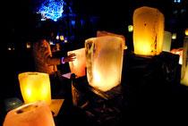 氷灯ろうが幻想的な雰囲気をかもし出した=22日夜、宮鳥御嶽