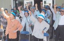 ガンバロー三唱で必勝を期す市議選候補者の支持者(31日午前)