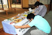 教科書展示会の準備をする市立図書館職員(4日午後)