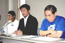 記者会見で競技中に死亡者が出たことを報告する中山市長(中央)ら実行委メンバー=14日午後、大浜信泉記念館