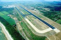 来年3月の開港を目指し、建設工事が進んでいる新石垣空港用地(昨年12月、シネマ沖縄撮影)
