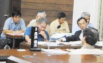 市議会で野党議員の一般質問を聞く仲本委員長(左)と玉津教育長=26日午前、議場