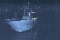 尖閣海域へ出港する高洲丸=11日午後10時ごろ