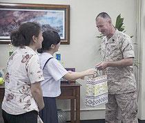 グアイ曹長に感謝訪問しプレゼントを渡す生徒=10日、キャンプキンザー(提供・DVIDS)