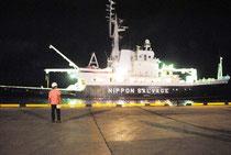 尖閣諸島の調査を終え、石垣港に戻った都の調査船(2日午後10時過ぎ)