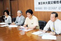 東日本大震災の犠牲者追悼関連行事の開催を発表する中山市長ら=7日午後、市役所