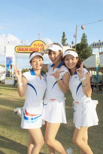 2014年度オリオンキャンペーンガールの(左から)上原さん、花岡さん、永吉さん=12日午後、新栄公園