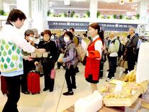 開発中の商品を試飲食する観光客=石垣新空港