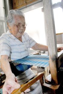 機織りに精を出す松竹チヨさん=14日午後、石垣市登野城の自宅