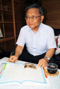自由社版の教科書を前に、教科書について自らの考えを語る藤岡会長=19日午前、八重山日報社
