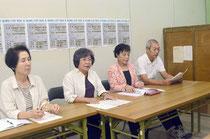 「慰安婦」展への入場を呼び掛ける江川共同代表(右から2人目)ら=官公労共済会館