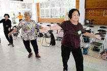 がんじゅう教室でダンスを楽しむお年寄り=19日午前、大川公民館