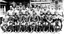 1944年、台湾花蓮港で撮影された誠第17飛行隊の編成記念写真。前列中央(左から5番目)が伊舍堂中佐、その右が川瀬大尉。操縦士だけでなく整備員も含んでいる。