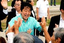 街頭演説後、集まった人たちに握手を求められる安倍首相=17日午前、真栄里公園