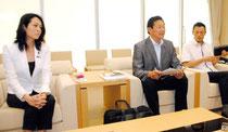 八重山視察後、記者会見した日本維新の会の国会議員団=21日午後、石垣空港