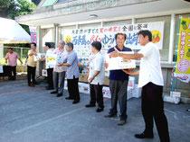 関係者がパイン・マンゴーのゆうパックを運搬車へ積み込んだ=1日午後、西表島郵便局