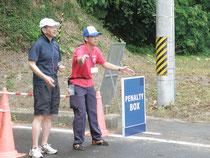 大会を支えるボランティアとして活躍した崎山さん(右)と大関事務局長