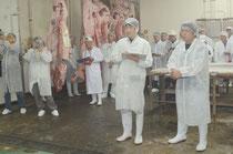 今年初めて開かれた肥育部会主催の枝肉セリ、過去最高の高値に沸いた=八重山食肉センター、大浜