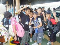西表島へ向かう西原南小学校の児童たち=13日午後、離島ターミナル港
