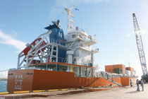 新造貨物船「せつ丸」が処女航海で石垣港に寄港した=27日夕