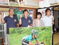 五輪出場を決め、喜ぶ(右から)弟の康史さん、母親のるみ子さん、父親の貞美さん、後援会長の平田さん=市内登野城の実家