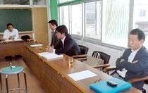 「南ぬ浜町」の町名を審議する市議会建設土木委員会のメンバー=17日午前、市役所