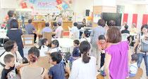 石垣市母子寡婦福祉会が運営する「パーラーハッピー」がオープン。多くの子ども連れでにぎわった=15日正午、健康福祉センターの「いこいの広場」