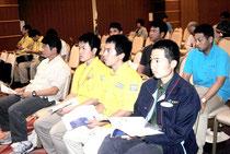 シンポジウムで登壇者の発表を聞く参加者(10日午後)