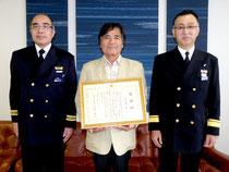 航行援助業務で表彰された仲宗根豊さん(中)=石垣海上保安部