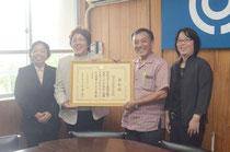 文科大臣賞を受賞し、喜びを分かち合う伊野田小の西原校長ら(左から2人目)ら=石垣市教育委員会