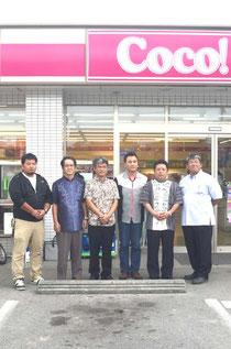LED化された店舗を背に、省エネ化の方針を発表した仲原店長(右から3人目)ら=ココストア八島店