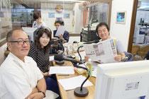 「アフタヌーンパラダイス」の公開生放送がスタートした。右が月曜日パーソナリティーの岸田敏志さん=16日午後、サンサンラジオ