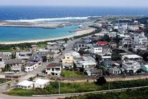 防衛省が陸自沿岸監視部隊の配備を計画している与那国町(写真は祖納地区)=2011年