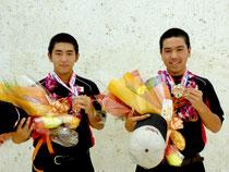 世界チャンピオンとなって凱旋した(左から)仲嵩勇雅君、前粟蔵智宏君=南ぬ島石垣空港