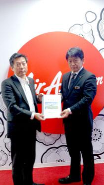 エアアジア・ジャパンに新空港への就航を要請する中山市長(30日)