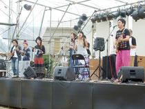 西表島音楽祭が開催され、多彩なアーティストたちが出演する=13日午後、町離島総合センター横広場