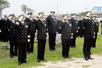 伊舍堂中佐の顕彰碑前で敬礼する幹部候補生学校の卒業生たち(31日午後)