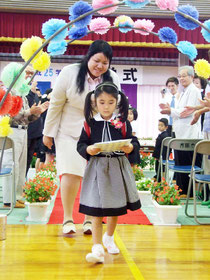 吉原小で1人だけの入学式が行われた。緊張した様子の真生さん=9日午前、同校