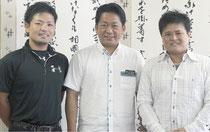 中山市長を表敬訪問した宮國雄一朗さん(左)と古堅宗一さん(右)=4日夕、市長室