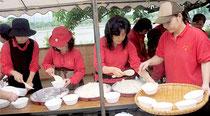 石垣市の防災訓練で炊き出しを行う婦人会=2012年4月